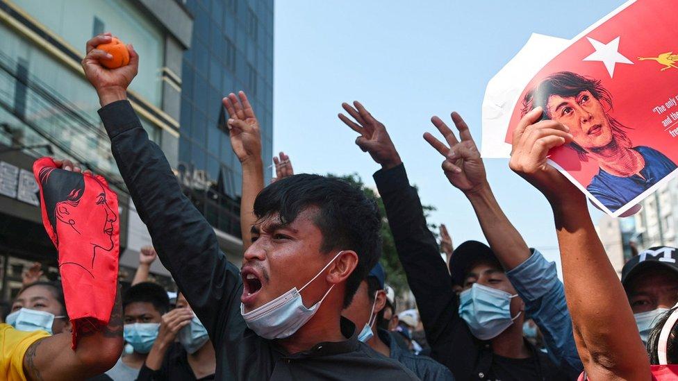 الناس في ميانمار يواصلون الاحتجاجات لليوم الثالث.