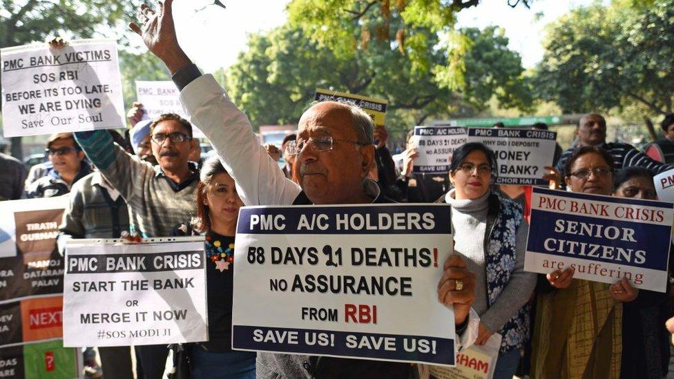 पीएमसी बैंक के खाताधारकों ने दिल्ली में विरोध प्रदर्शन किया