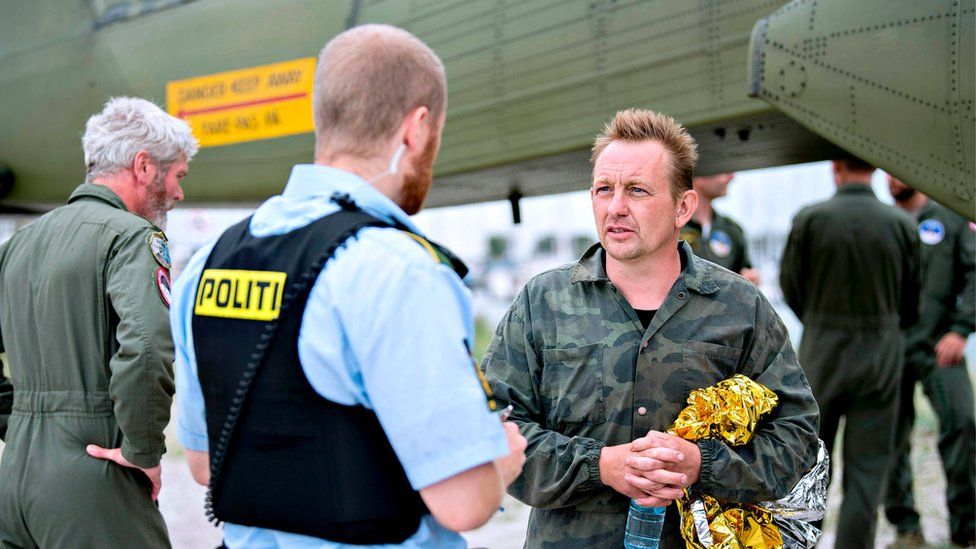 Peter Madsen (der.) interrogado por la policía