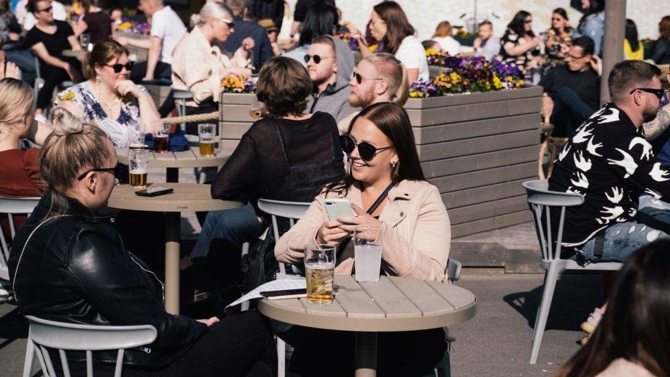 Personas en terrazas en Finlandia en junio.