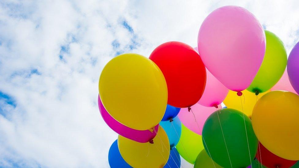 Šareni baloni puni helijuma