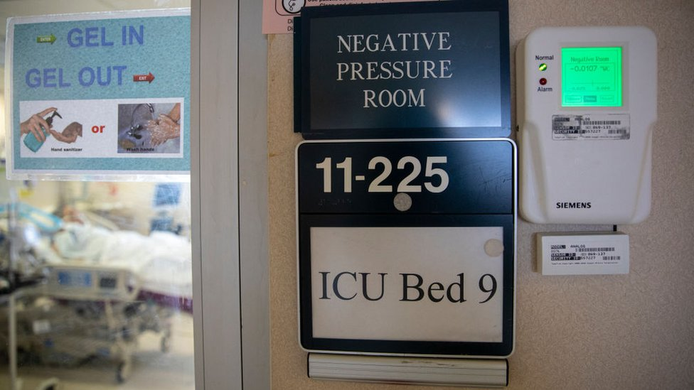 غرفة العناية المركزة لمرضى كوفيد 19