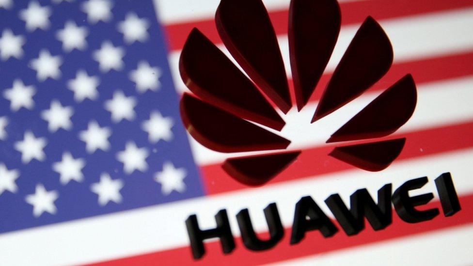 Bandera de EE.UU. y logo de Huawei