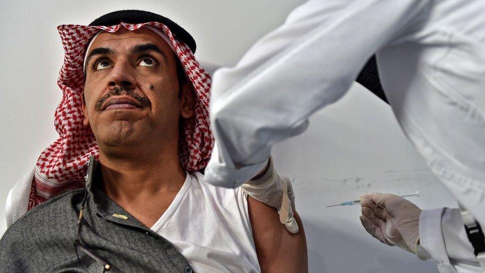 رجل يتلقى تطعيما ضد كورونا