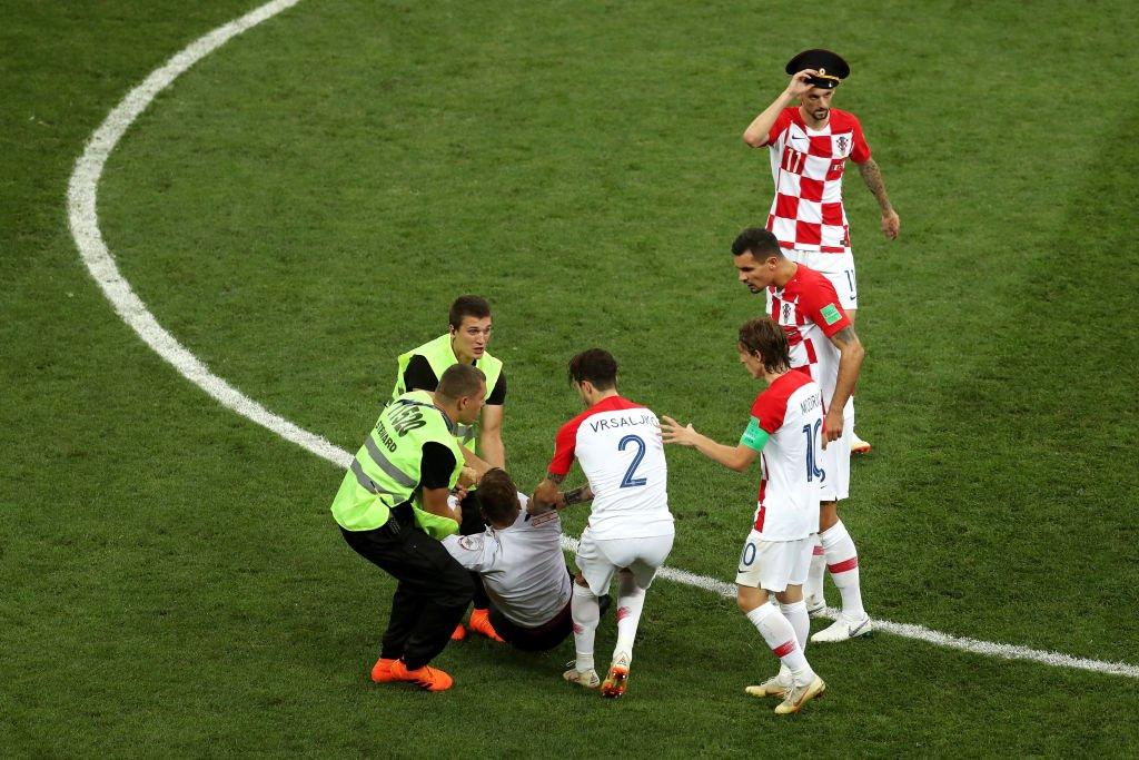 Hrvatski reprezentativci pomogli su obezbeđenju u sprečavanju članova grupe Pusio Rajot da nastave performans na terenu