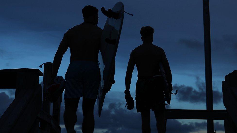 Surfistas caminando en playas de Carolina del Sur.
