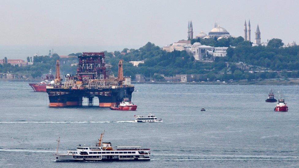 Canal del Bósforo con Estambul al fondo.
