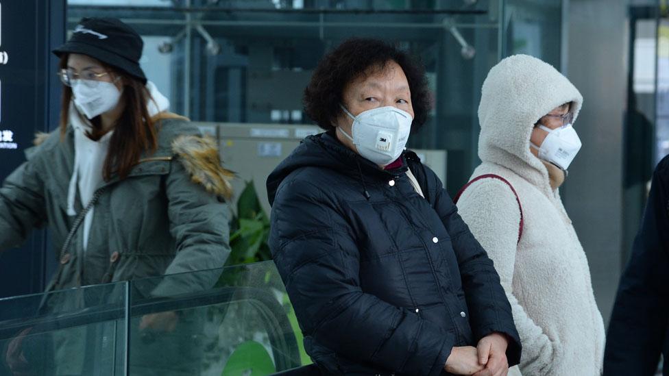 Mujeres chinas usando máscaras