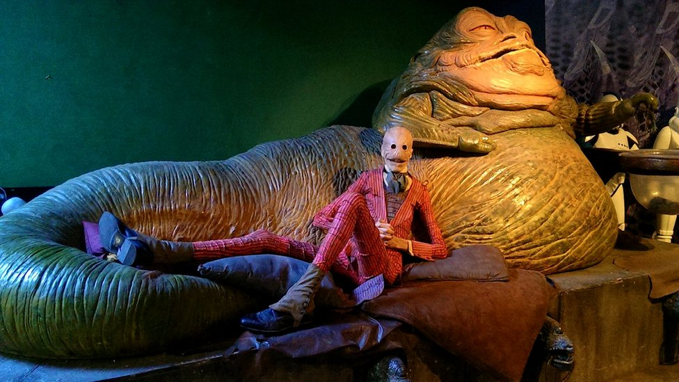 Havijer se opušta kao Iskrivljeni čovek na snimanju filma Prizivanje zla 2