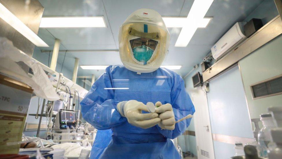 Trabajador sanitario en un hospital de Hubei