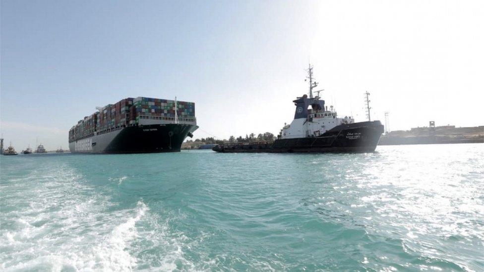 سفينة إيفر غيفن العملاقة تبحر في قناة السويس بعد نجاح جهود نعويمها.