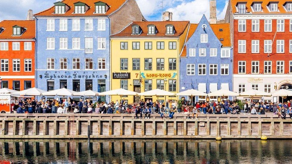 الكلمة السحرية التي تربط المجتمع الدنماركي في زمن الوباء