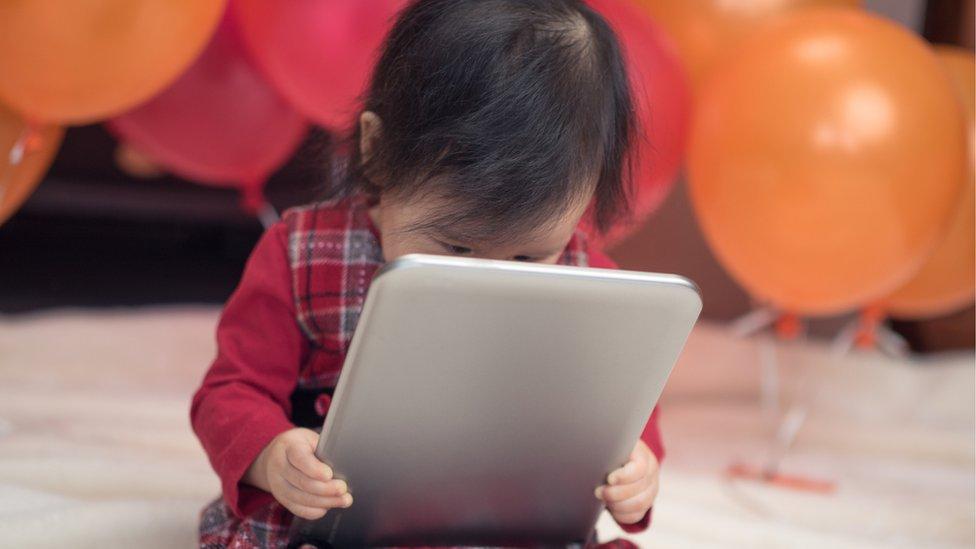 Bebê com tablet