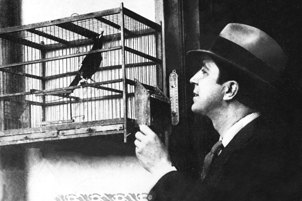 Carlos Gardel con un pájaro