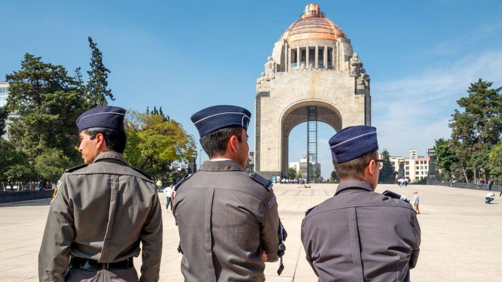 Cadetes frente al monumento a la Revolución