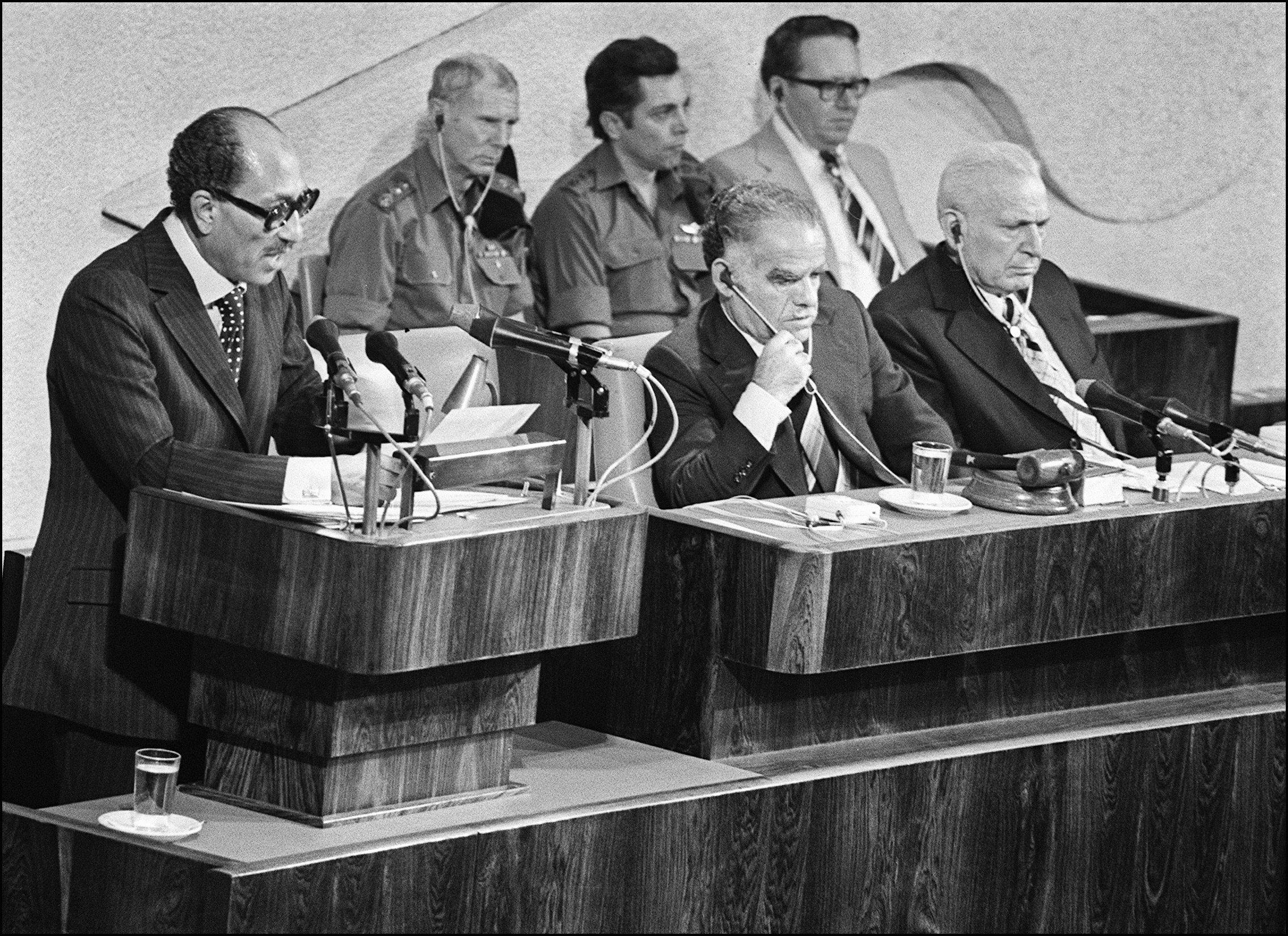 السادات يخطب في الكنيسيت (البرلمان) الإسرائيلي يوم 20 نوفمبر/تشرين الثاني عام 1977 خلال زيارة مفاجئة لإسرائيل، فتحت الأبواب لمشوار التسوية بين العرب وإسرائيل.