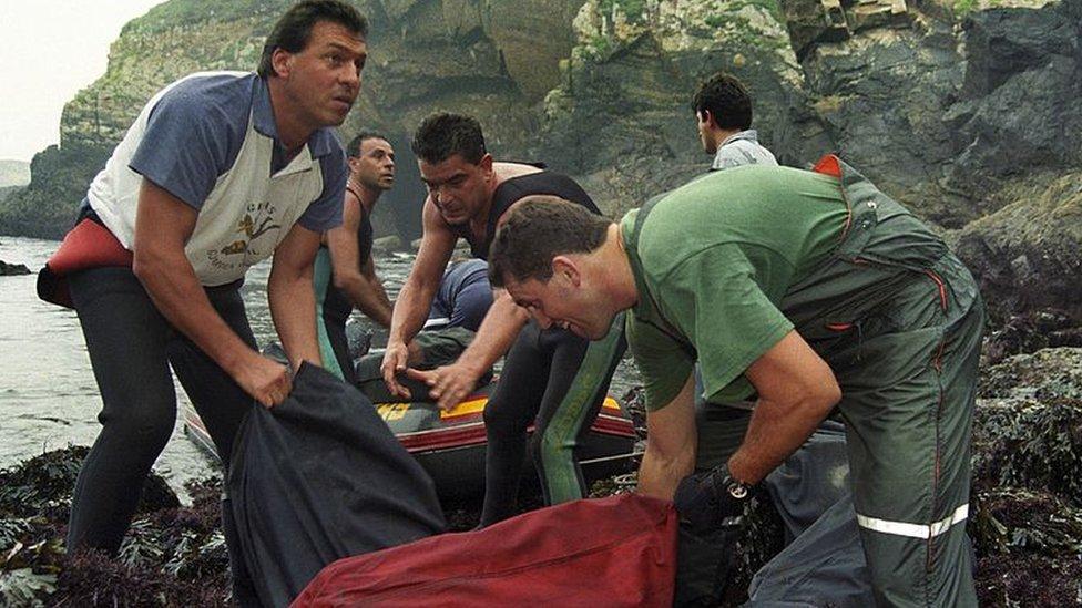 Miembros de la Guardia Civil recogen un cargamento de cocaína en la costa cantábrica gallega.