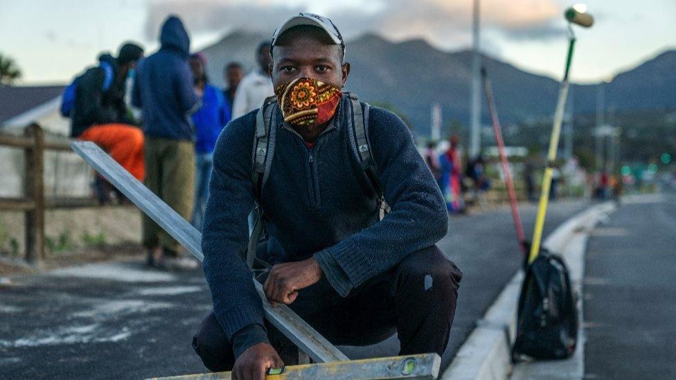 Um trabalhador informal da construção civil que perdeu o emprego na África do Sul.