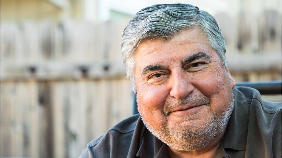 Hombre de unos 50 años sonriendo