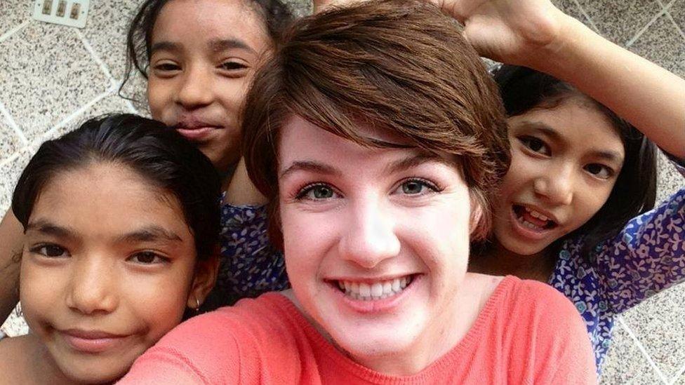 Hailey y algunos niños en Nepal