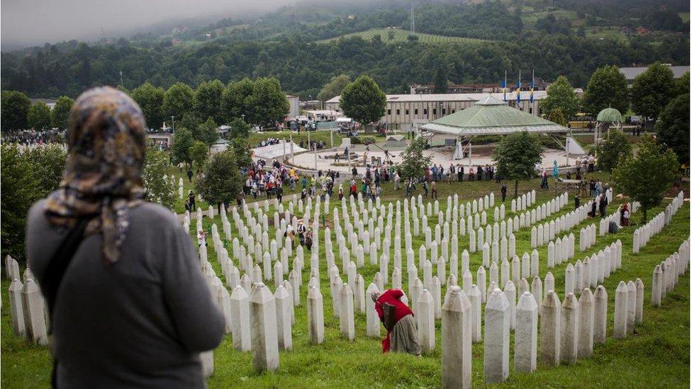 Hiljade ljudi odale počast ubijenima u Srebrenici