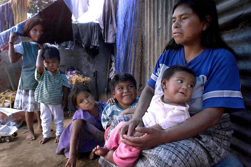 Mujer con niños en Guatemala.