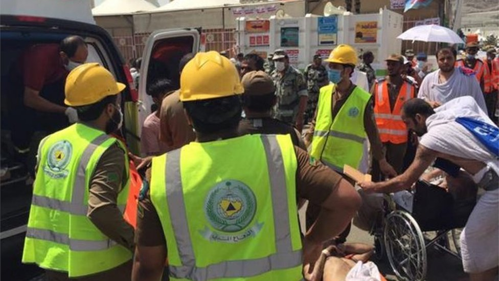 Saudi rescuers treat casualty after Mina crush (24/09/15)