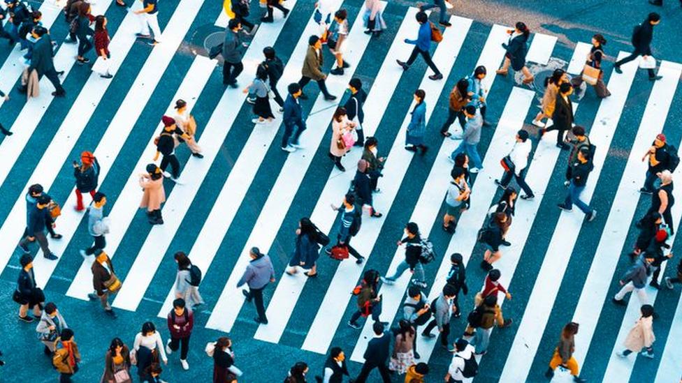 Pessoas caminhando na rua