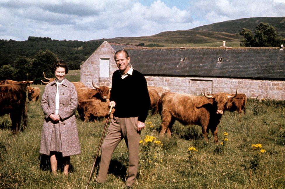 La reina Isabel II y el duque de Edimburgo durante una visita a una granja en Balmoral, celebrando sus bodas de plata.