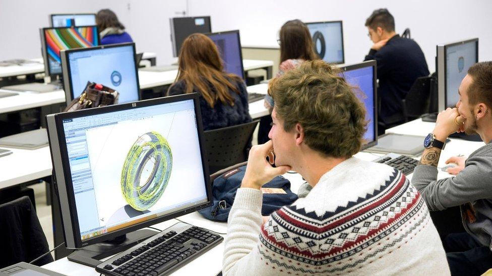 Estudiantes frente a computadoras