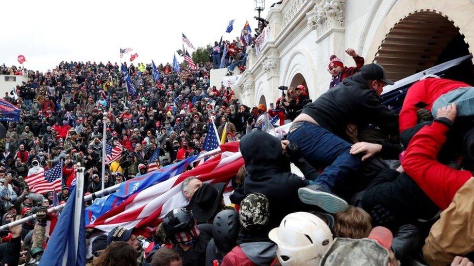 圖為支持特朗普的抗議者上月在與警察的衝突中衝擊美國國會大廈(資料照片)。