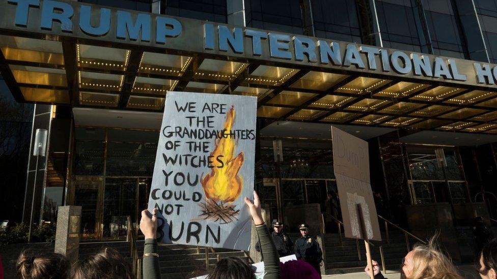 Protesta ante la sede de la organización Trump International en Nueva York