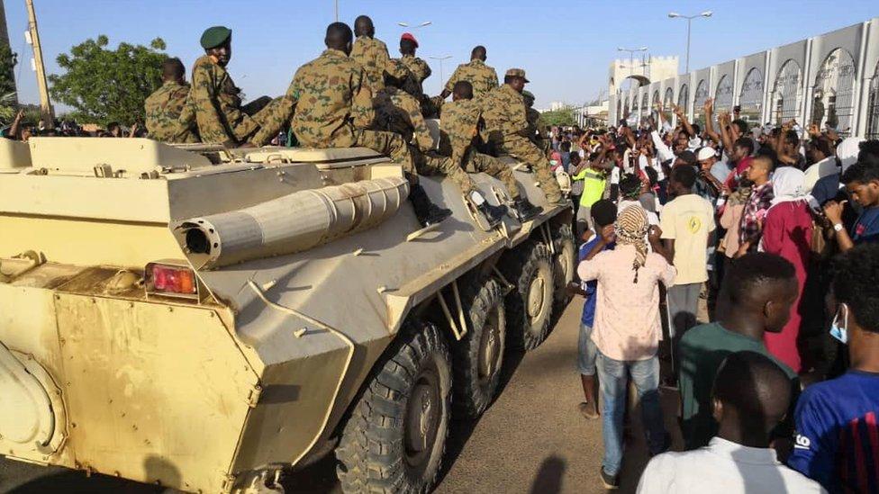 عربة عسكرية تسير وسط الاحتجاجات في العاصمة الخرطوم.