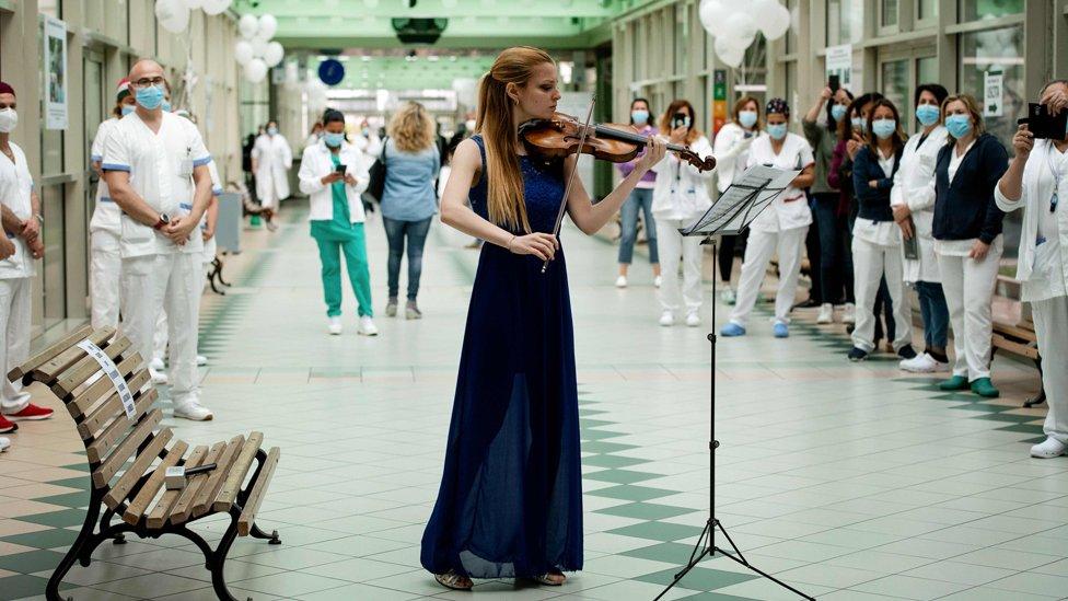 İtalyan kemancı Fiamma Flavia Paolucci, 12 Mayıs Dünya Hemşireler Günü'nde Roma'daki Tor Vergata Hastanesi'nde konser verdi.