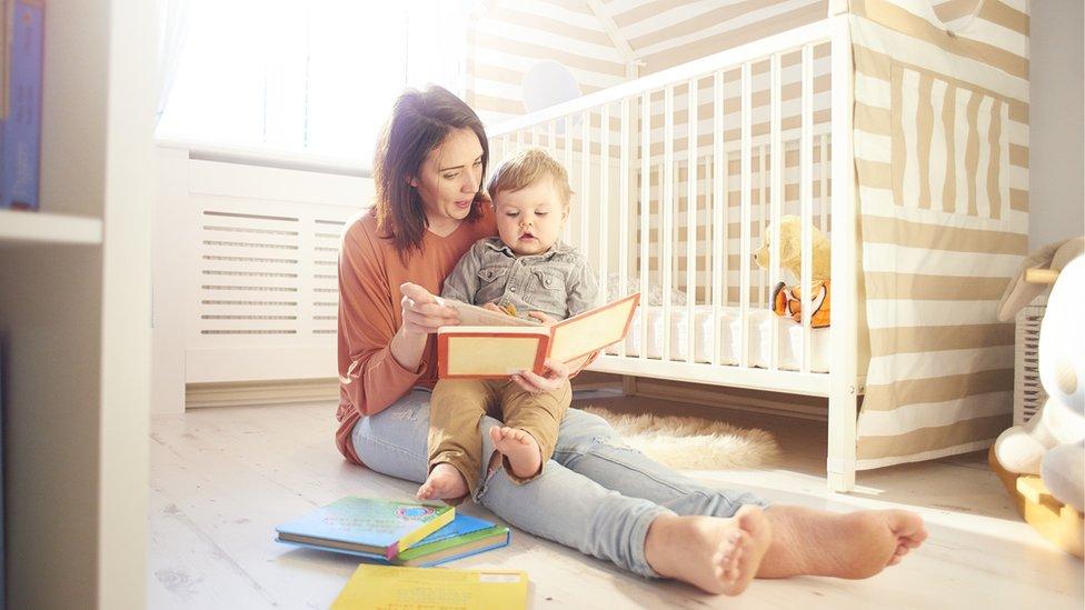Madre leyéndole a su hijo pequeño