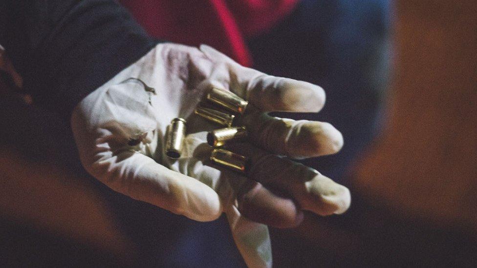 Protestante mostrando balas en Pereira, Colombia.