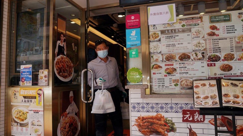 香港政府收緊多項措施防止新冠肺炎傳播,包括禁止餐廳提供堂食,顧客只能外帶。