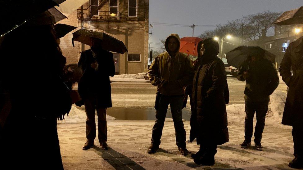 Ljudi sa kišobranima tokom Damer ture