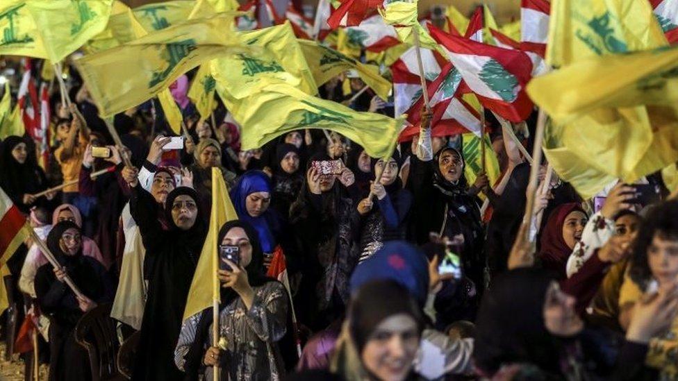 Simpatizantes de Hezbolá agitan banderas del grupo durante un discurso del líder Hassan Nasralá el 14 de agosto de 2018