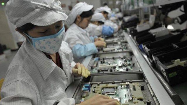手機的生產線上,成千上萬的工人並排而坐
