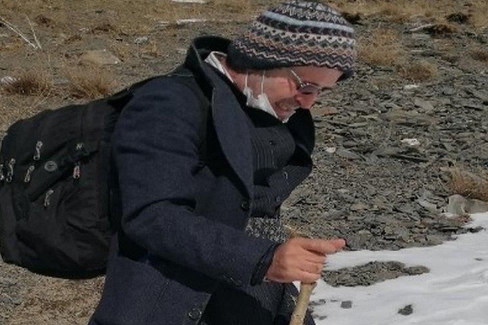 Kameel Ahmady camina por las montañas escapando de Irán.
