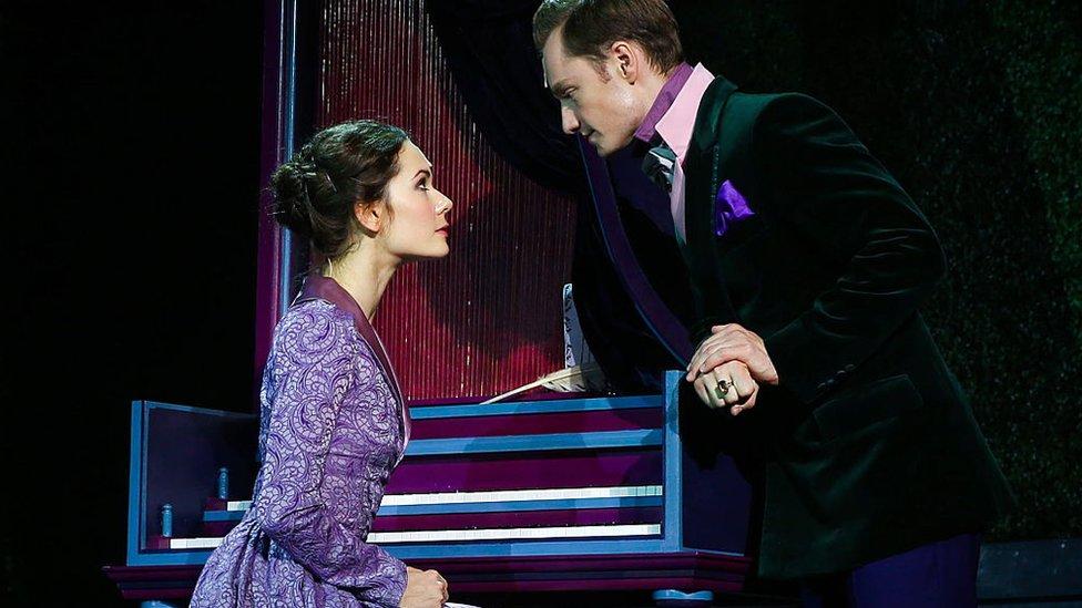 """Actriz Daria Avratinskaya como Elizabeth Bennet y el actor Stanislav Belyayev como Darcy actúan en la producción teatral del Teatro de Arte Chejov de Moscú de la novela """"Orgullo y prejuicio"""" de Jane Austen."""