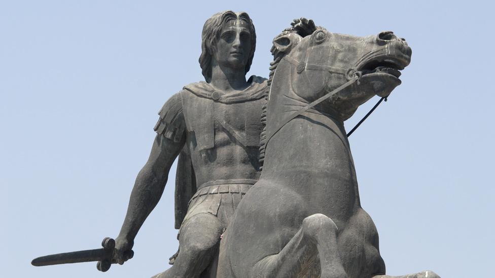 Estatua de Alejandro Magno en su caballo Bucéfalo
