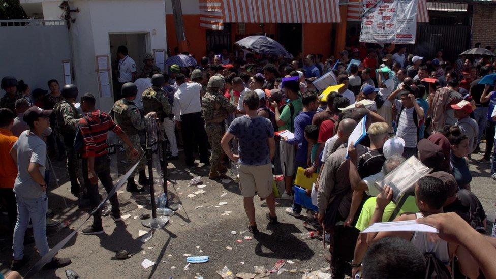 Fila en en INM de Tapachula.