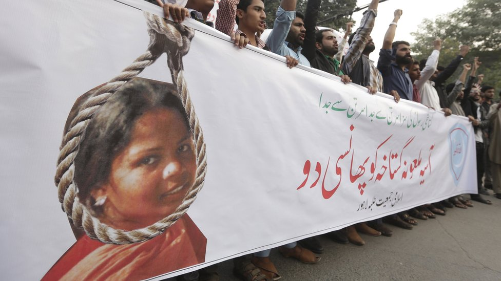People shout slogans as they protest the release of Asia Bibi, a Christian accused of blasphemy, whose death sentence was annulled by the Supreme court, in Lahore, Pakistan, 08 November 2018.