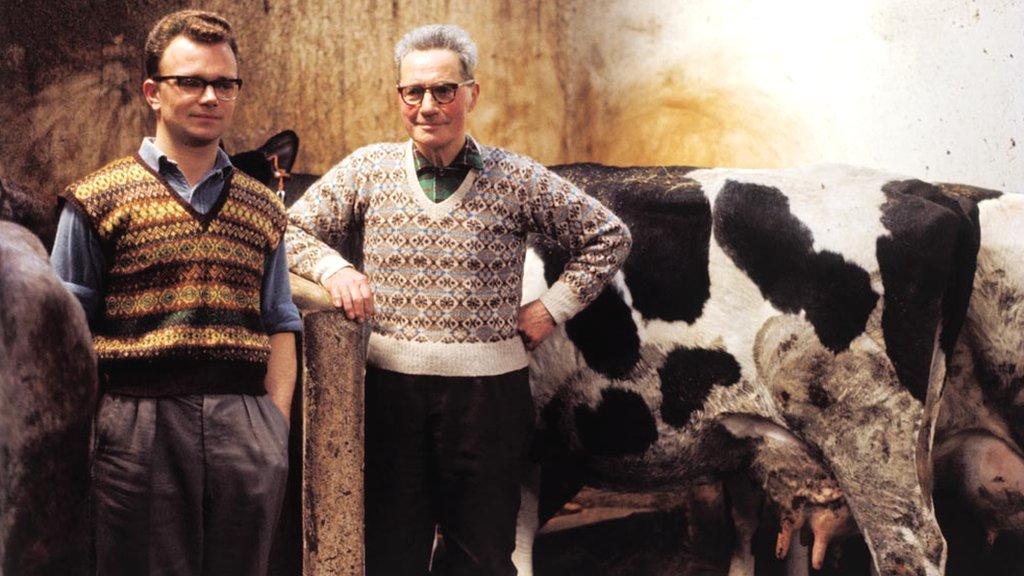 dvojica muškaraca u džemperima 1970.