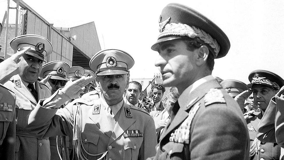 El sha Mohamed Reza Pahlevi en su llegada a Teherán en 1953.