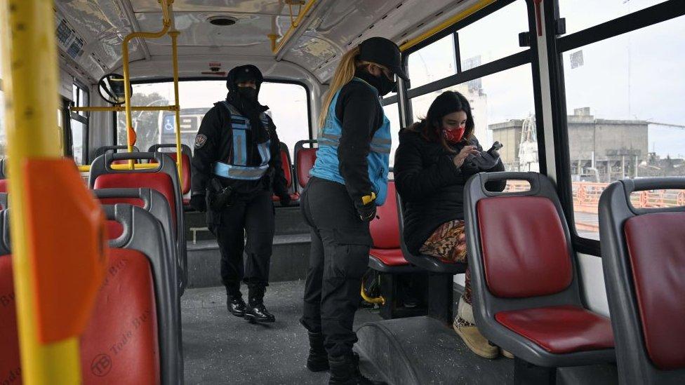 Una pasajera es interrogada por policías en un autobús de Buenos Aires