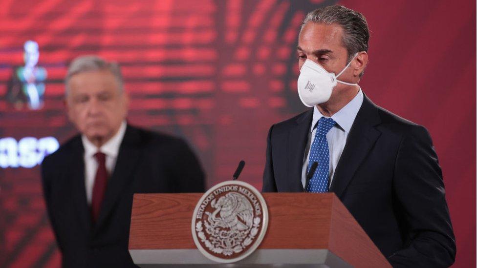 Carlos Slim Domit de la Fundación Carlos Slim anuncia la producción en México de la vacuna AstraZeneca mientras Andrés Manuel López Obrador escucha en el fondo
