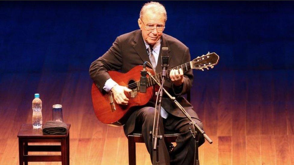 João Gilberto durante apresentação